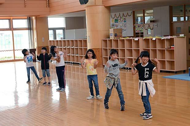 知小2018-TT、かわいらしい踊りを練習する子供たち。