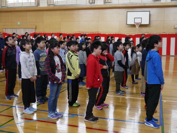 知小2019-離任式で先生の話を聞く子供たち