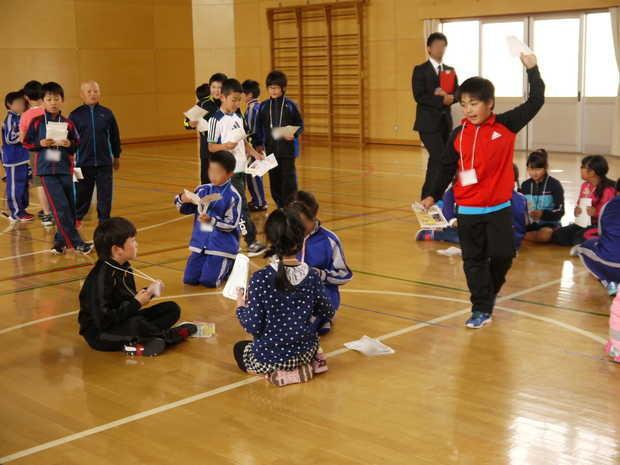 知小2018-ゲームをしながら交流を深める子供たち