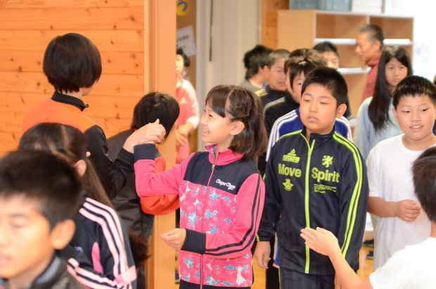 知小2018-全校朝会入場時の子供同士のハイタッチ