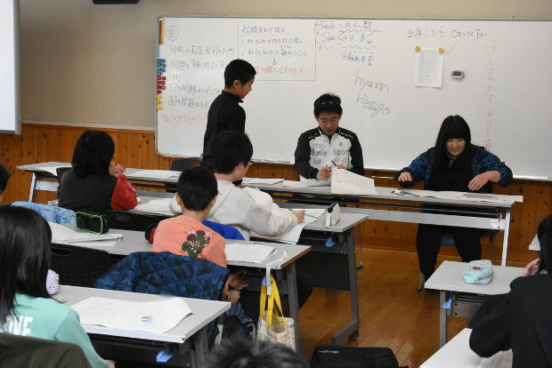 知小2019-5年生の春休み学習会の様子 保健室の先生も応援に