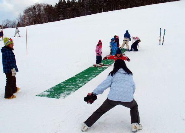 知小2019-1年生初めてのスキー場 子供を受け止める先生も大変