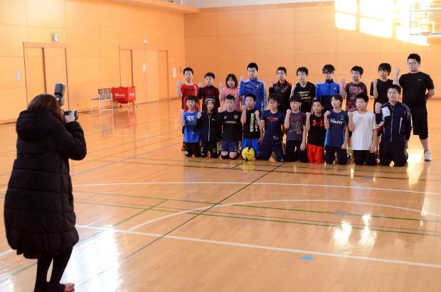 知小2019-ドッヂボール練習、町広報の取材を受ける 全員の集合写真