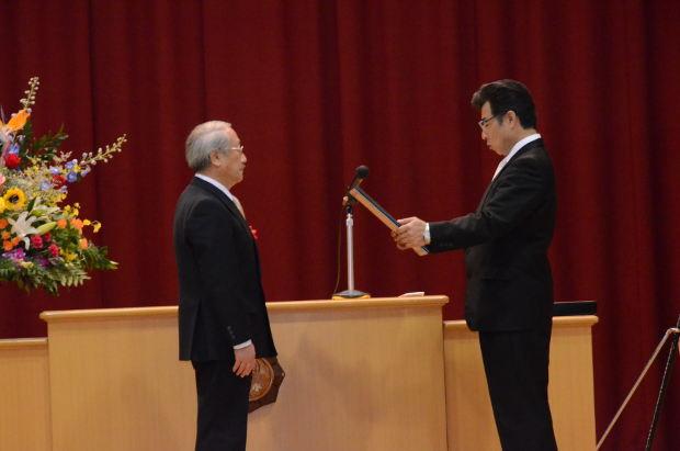 知小2018-10周年記念式典 感謝状を受けるきらく町内会会長
