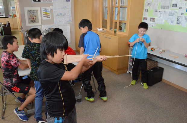 知小2018-校長室で遊ぶ子供たち