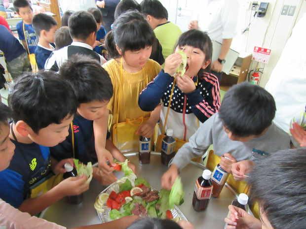 知小2018-3年生社会科見学、三洋食品での試食
