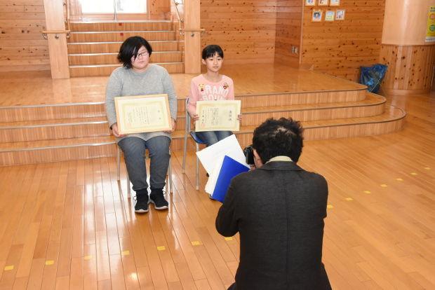 知小2019-緑化表彰新聞取材を受ける児童