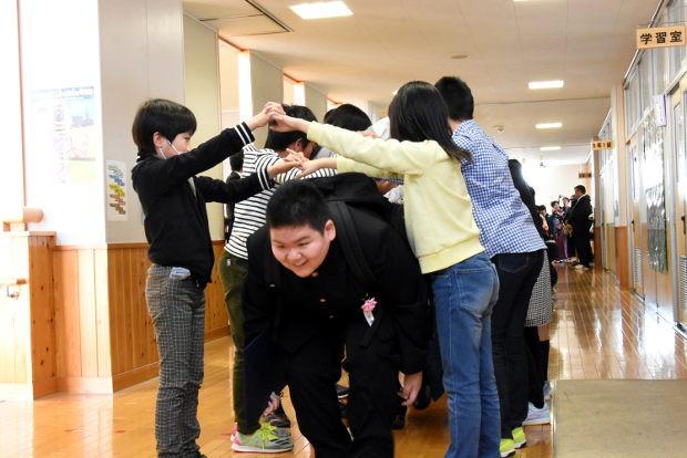 知小2019-全校生徒の作るアーチをくぐって旅立つ卒業生