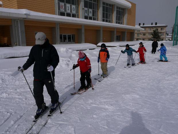 知小2019-1年生初のスキー学習で歩くが・・・進まない