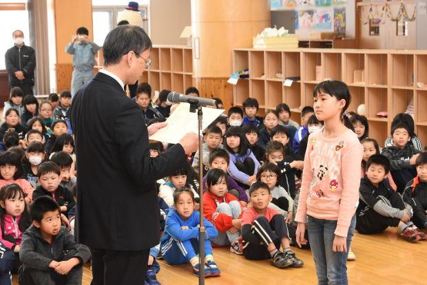 知小2019-緑化表彰で奨励賞を受ける児童