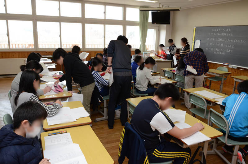 知小ー5年生春休み学習会の様子 沢山の先生がサポート
