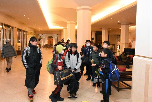知小2019-ドッヂボール全道大会 ホテルのロビーでもてきぱきと行動