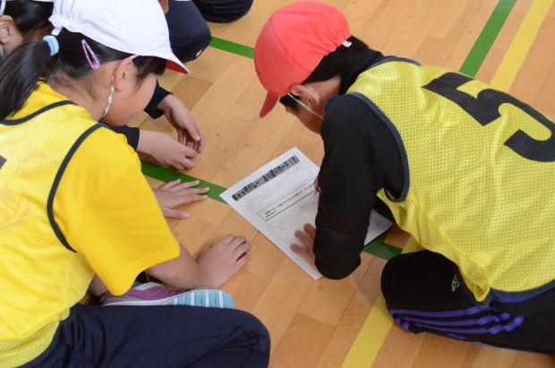 知小2018-4年生体育で目当てを確認する子供たち