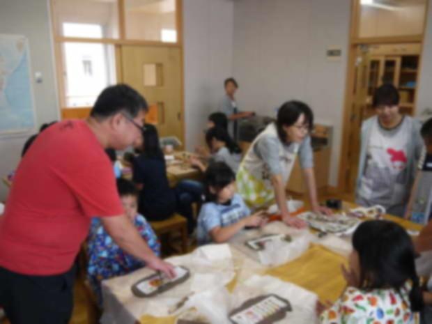 知小2018-6年生と一緒に陶芸に挑戦する知内幼稚園児