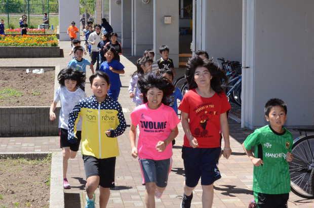 知小2018-楽しそうに走る子供たち。おっ,先生もいるぞ。