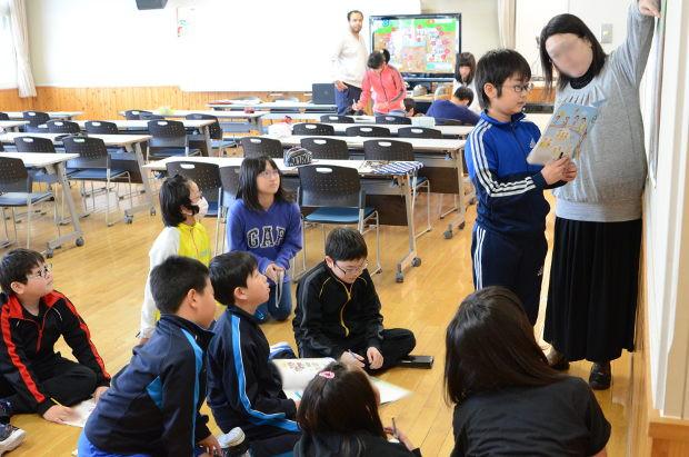知小2019-4年生の英語で高校の先生の乗り入れ授業 高校の先生に説明するグループ
