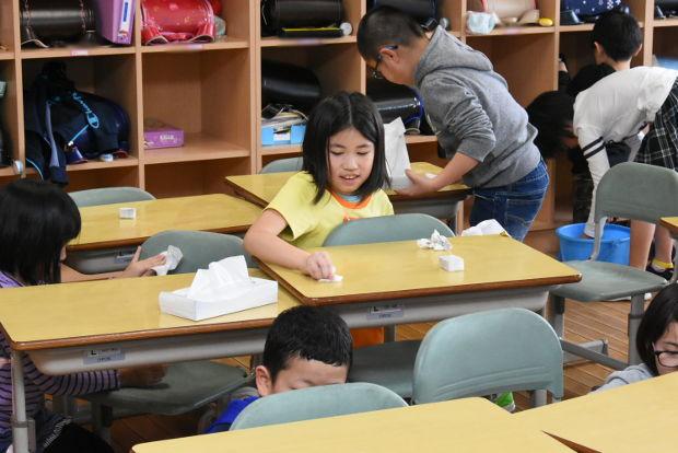 知小2019-2年生机と椅子を磨く