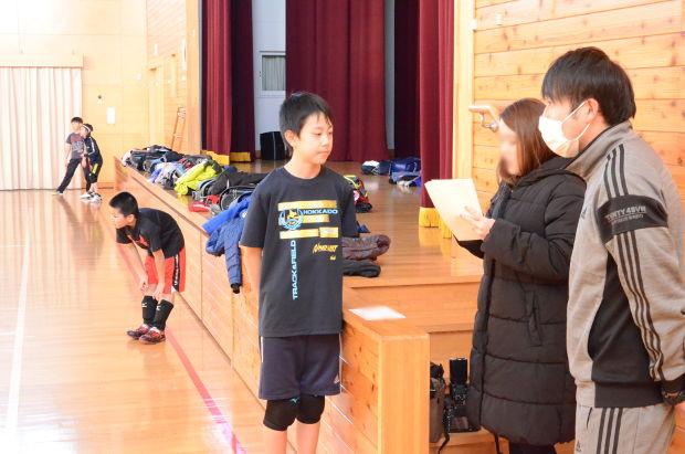 知小2019-ドッヂボール練習、町広報の取材を受ける 伽婦連のインタビュー