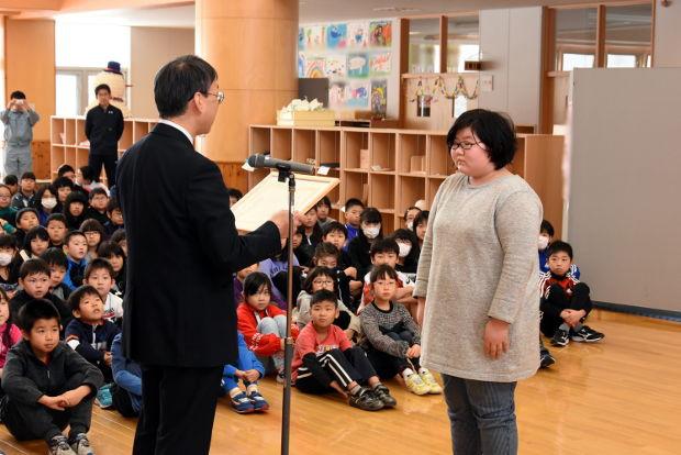 知小2019-緑化表彰で優秀賞を受ける児童