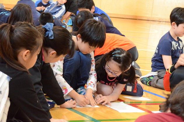 知小2018-互いに教え合う子供たち