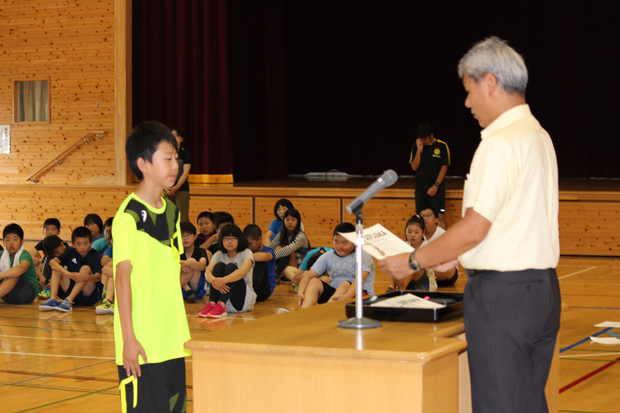 知小2018ー全校朝会で陸上少年団活躍の表彰式