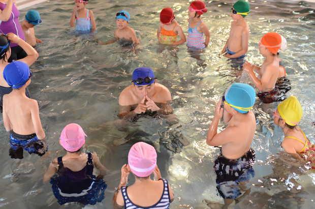 知小2018-ウエッチ先生の見本で水に潜るぅ