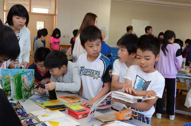 知小2018-しかけ絵本を夢中で見入る子供たち