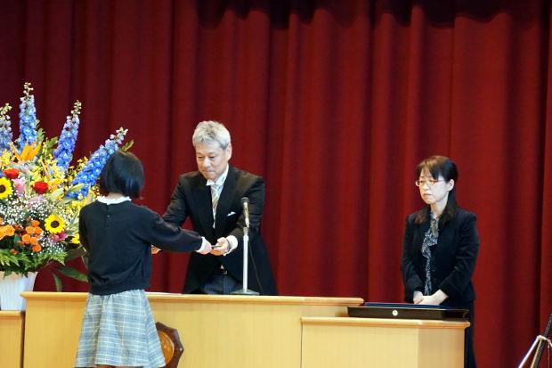 知小2019-卒業証書を受け取る卒業生
