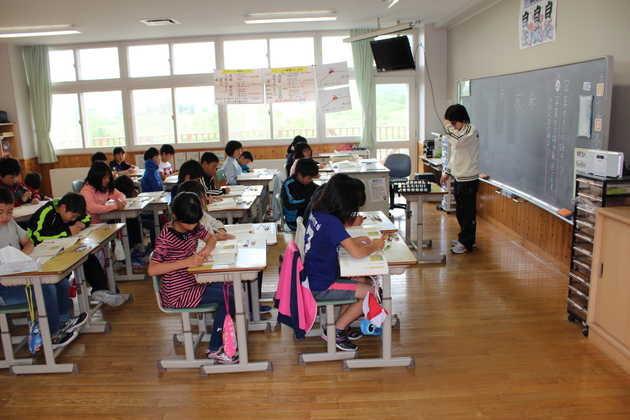 知小2018-真剣に学習に取り組む4年生教室