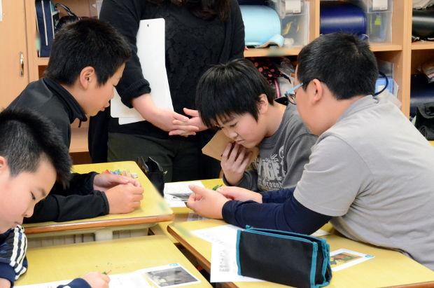 知小2018-5年生図工サークル公開授業 絵の分析をする子供