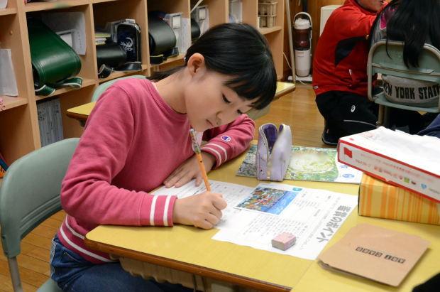 知小2018-5年生図工サークル公開授業 絵の分析を記録する子供
