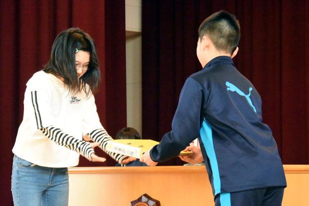 知小2019-児童改新三役所信表明演説会で引継ぎを行う新旧会長