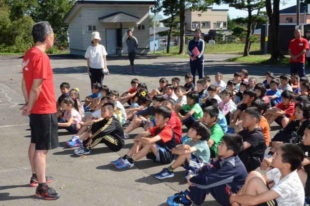 知小2018-避難訓練で先生の話を聞く子供たち