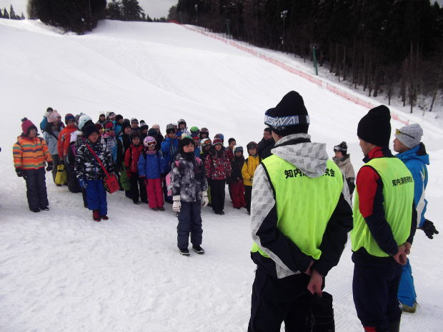 知小2019-中学年スキー授業 地域の講師に挨拶
