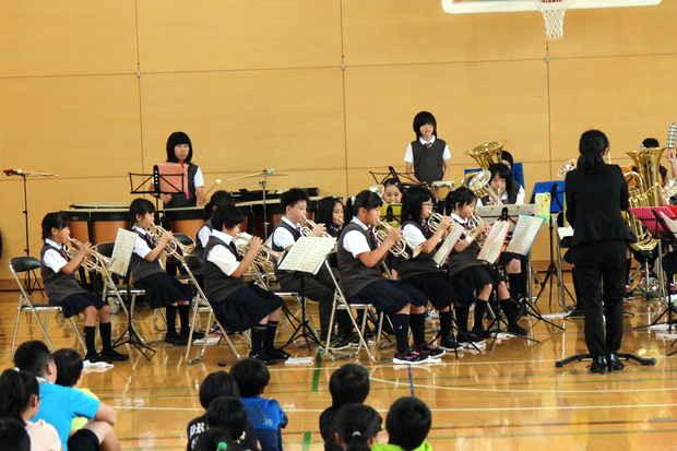 知小2018-全校生徒を前に演奏するブラバンのメンバー