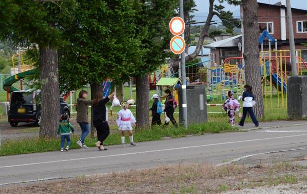 知小2018-地域を回る子供と子供会の保護者たち