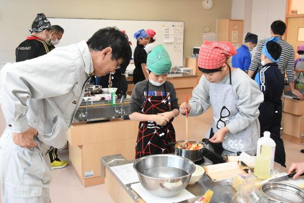 知小2019-5年生米作りの収穫祭でおかずを作子供