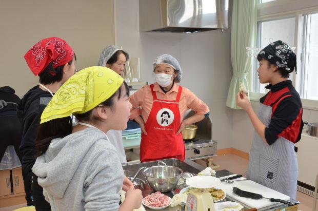知小2018-食育でシャケ・ニラを地域の方と調理