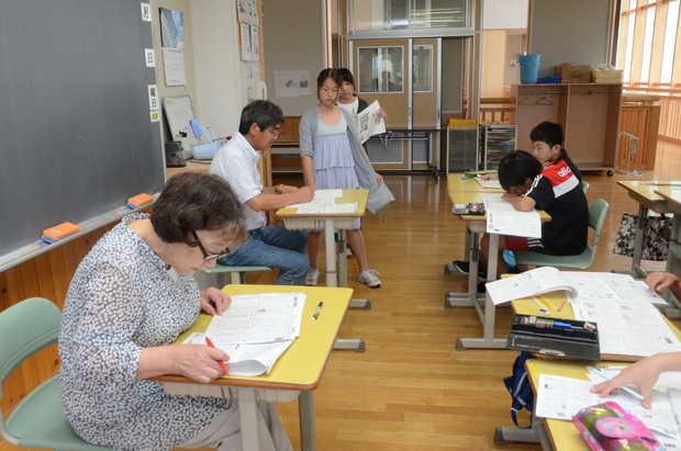 知小2018-地域の方に○を付けてもらう。6年生の教室にて