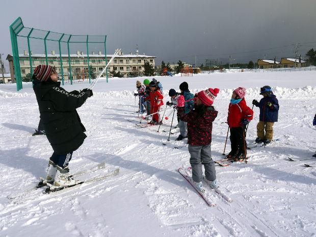 知小2019-1年生初のスキー学習で歩き方の指導