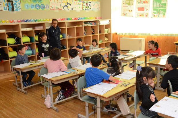 知小2018-1年生漢字の学習中 発表する人をしっかりと見る