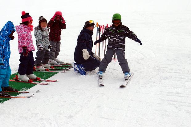 知小2019-1年生初めてのスキー場 ハの字をキープ!と・・止まらない