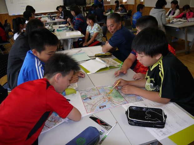 知小2018-地図を真剣に見る子供たち