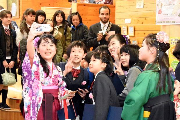 知小2019-式後に記念撮影をする卒業生