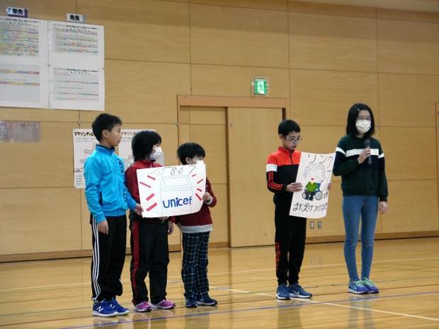 知小2019-全校朝会でユニセフ募金の報告をする児童会