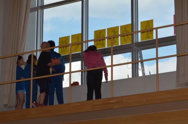 知小2018-テーマを体育館の窓に貼り出す