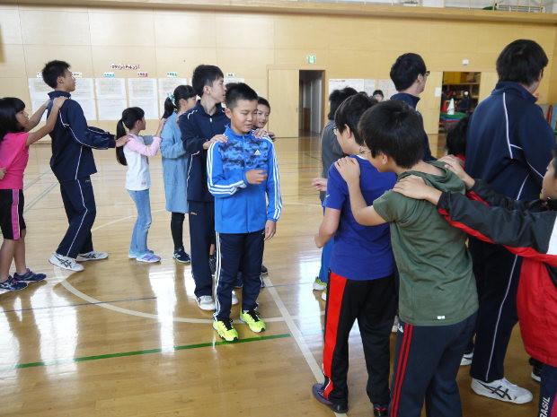 知小2018-中休みに高校生と一緒にジャンケン列車で盛り上がる