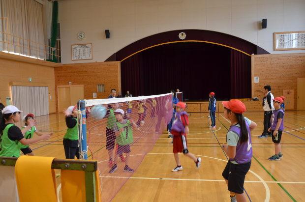 知小2018-4年生の体育の公開授業でキャッチバレーを行う