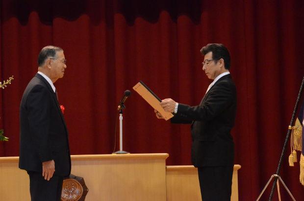 知小2018-10周年記念式典 感謝状を受ける元町町内会会長
