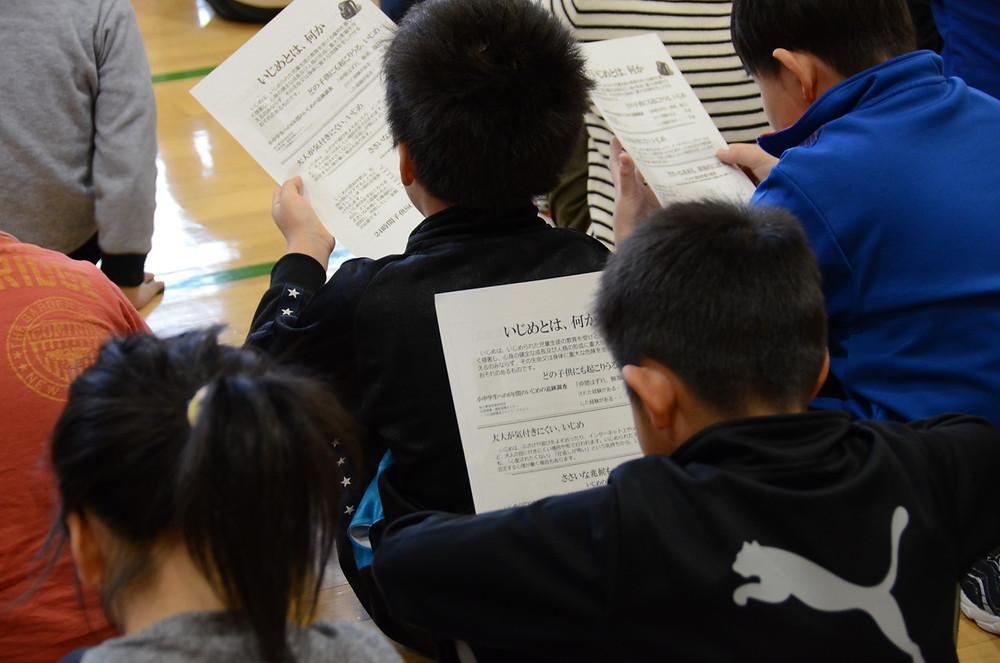 知小2018-資料を真剣に読む子供たち
